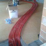 Posa primo strato di fibra di legno su barriera a vapore e posa dell'impianto di riscaldamento