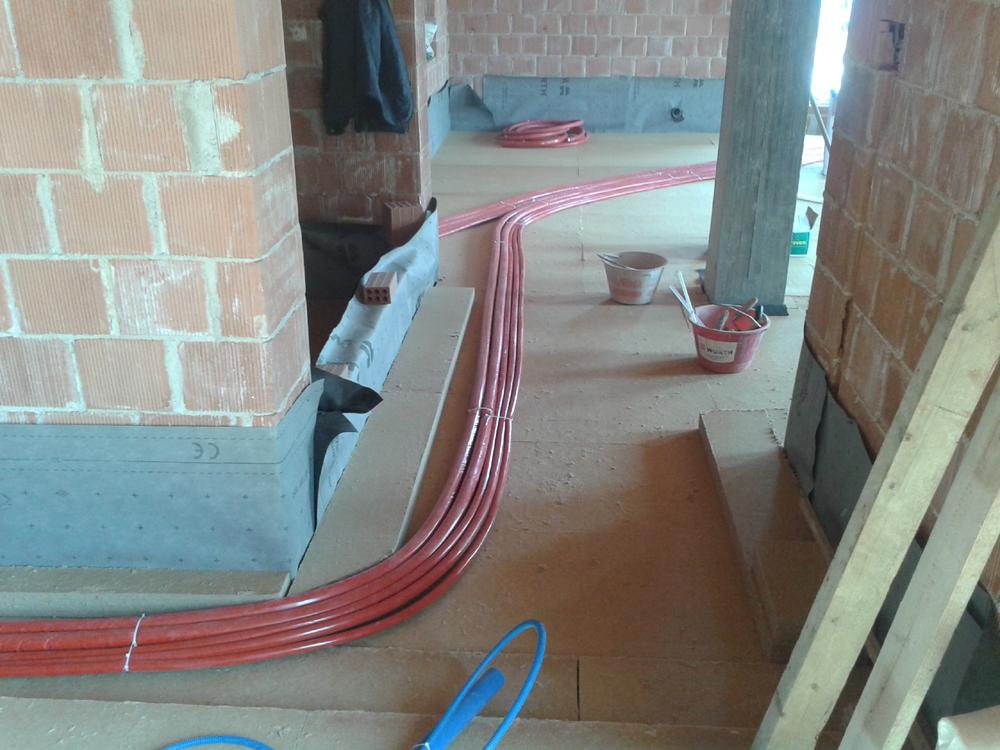 passaggio delle tubazioni sul primo strato di pannelli isolanti in fibra di legno