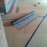 Posa di ulteriori strati di pannelli in fibra di legno con allettamento dei tubi di riscaldamento