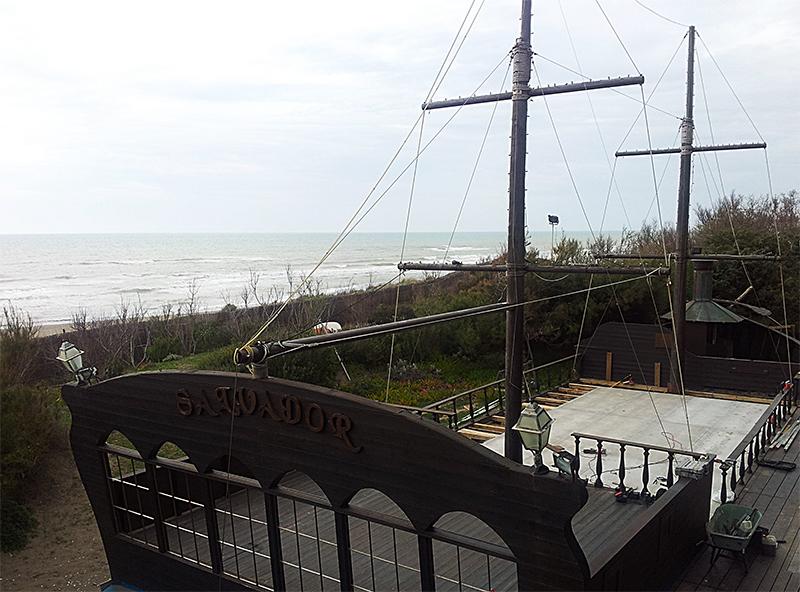 Massetto a secco esterno in cementolegno su spiaggia demaniale
